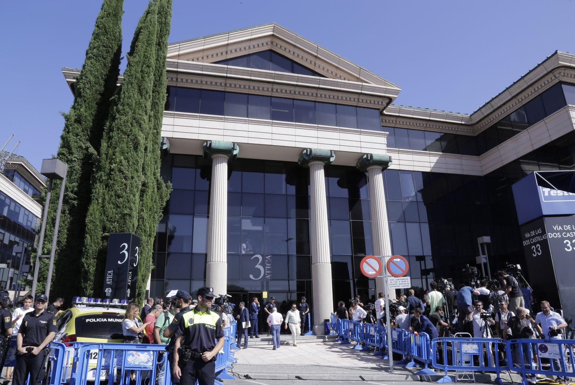 SKATTEJAKT: Det var fullt kaos utenfor rettslokalet i Madrid da Cristiano Ronaldo måtte svare for seg 31. juli i fjor.
