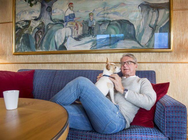 ETTERTENKSOM: Følgesvennen «Tøffen» var opp og ned fra fanget til Fabian Stang under intervjuet med VG da Oslo-ordføreren fortalte om overgrepet han opplevde i messehallen på Sjølyst som tenåring, og som han har holdt hemmelig i 45 år.