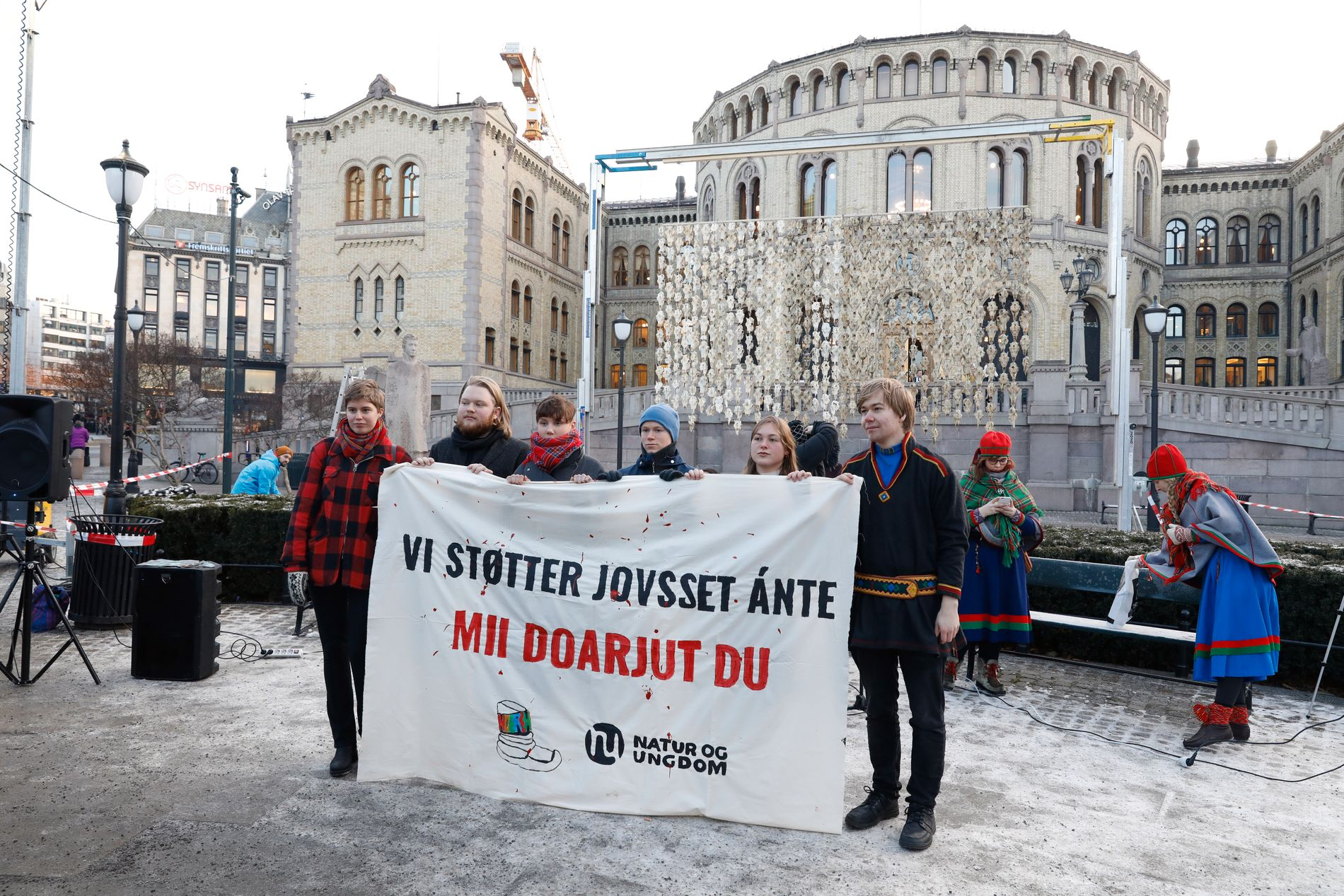STØTTE: Aksjonister fra Natur og ungdom markerer sin støtte til reineier Jovsset Ante Sara, foran 400 reinsdyrskaller som er utstilt foran Stortinget i anledning rettssaken mot Jovsset Ánte Sara.