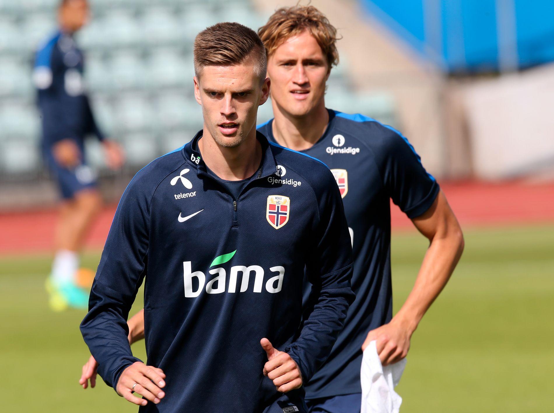 KJEMPER FOR Å BLI KLAR: Markus Henriksen har vært sengeliggende i flere dager, men håper han rekker å bli klar til Tyskland-kampen på søndag. Her under torsdagens økt på Nadderud. I bakgrunnen: Thomas Rogne.