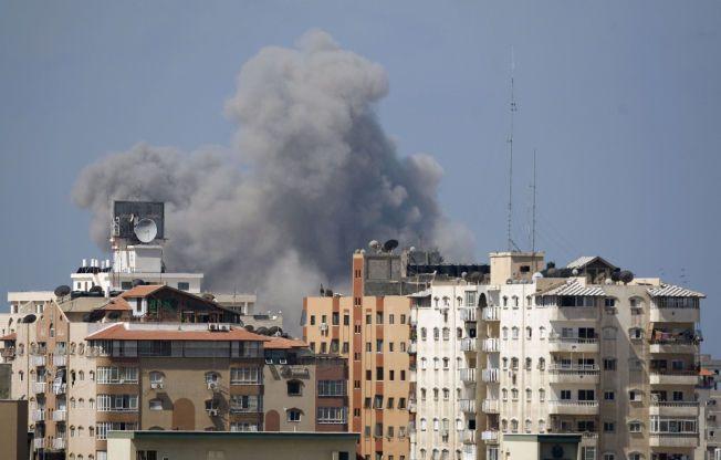 Røyk stiger opp fra Gaza by etter det som vitner hevder var et rakettangrep fra Israel fredag formiddag, kun timer etter at våpenhvilen utløp.