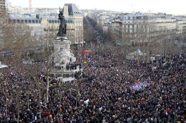 MOT TERROR: Place de la Republique var full av mennesker som viste sin avsky mot terrorhandlingene.