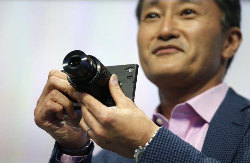 FOTOTELEFON: Sony-sjef Kazuo Hirai viste frem noen av selskapets nye produkter i Berlin. Foto: Reuters