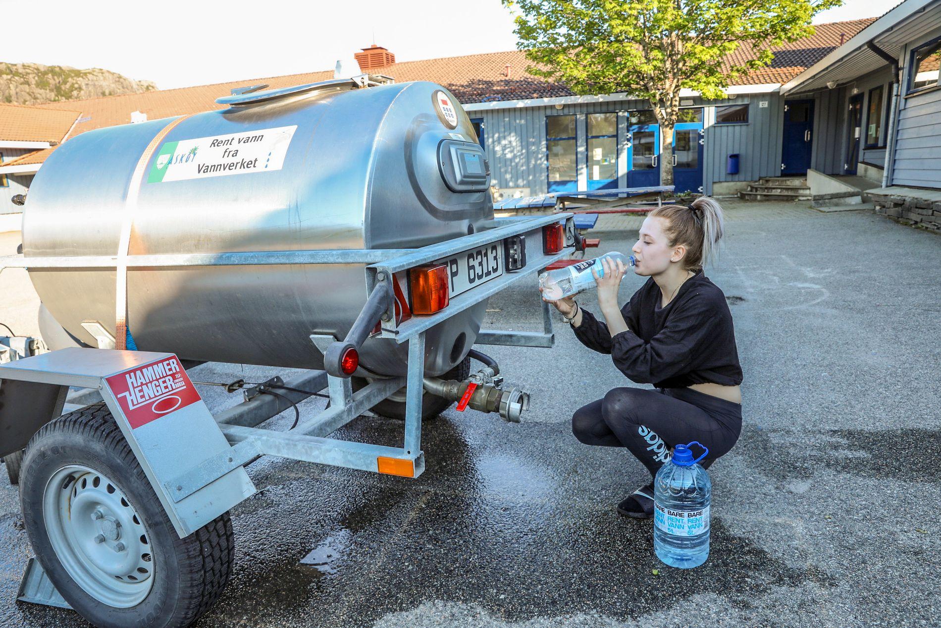 TØRST: Maria Danielsen (16) tar seg en slurk rent vann.