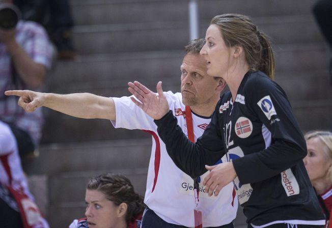 SMELL: Thorir Hergeirsson og keeper Silje Solberg måtte innse at Norge tapte søndag kveld.