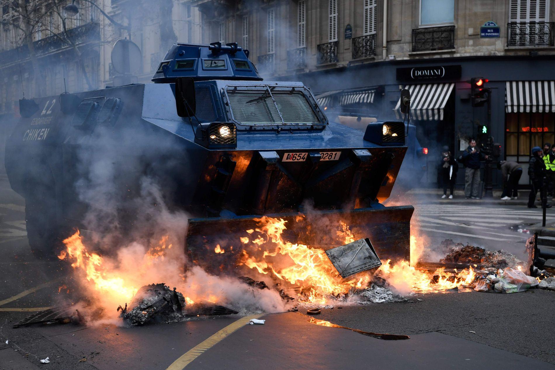 TUNGT UTRUSTET: Det franske gendarmeriet stilte med pansrede kjøretøyer i Champs Elysees.