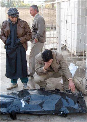 SØRGER: Flere slektninger sørger over sine kjære etter selvmordsangrepet i Baquba. Foto: AFP