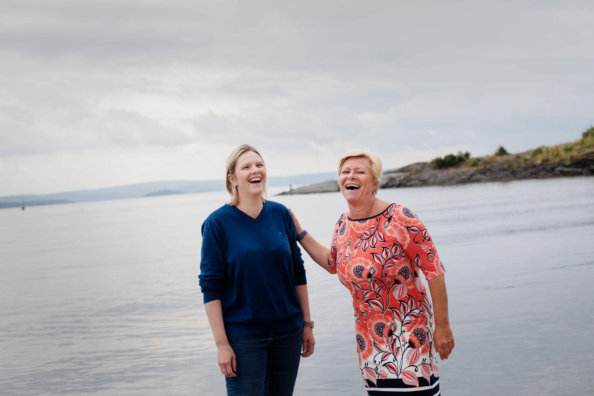 KRISE OG LATTER: Siv Jensen og Sylvi Listhaug opplever krisemålinger. Fredag tok de pause i ferien, for å fortelle om hvordan de har tenkt å komme ut av krisen.