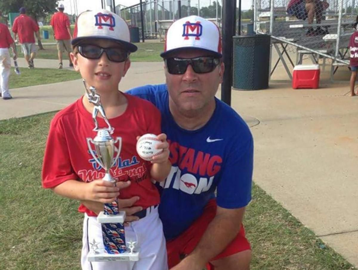DØDE UNDER ANGREPET: Faren Sean Copeland (51) og sønnen Brodie (11) ble drept under terrorangrepet i Nice. Her er de sammen på baseballtrening for klubben Hill Country Baseball, nær Austin i Texas, USA.