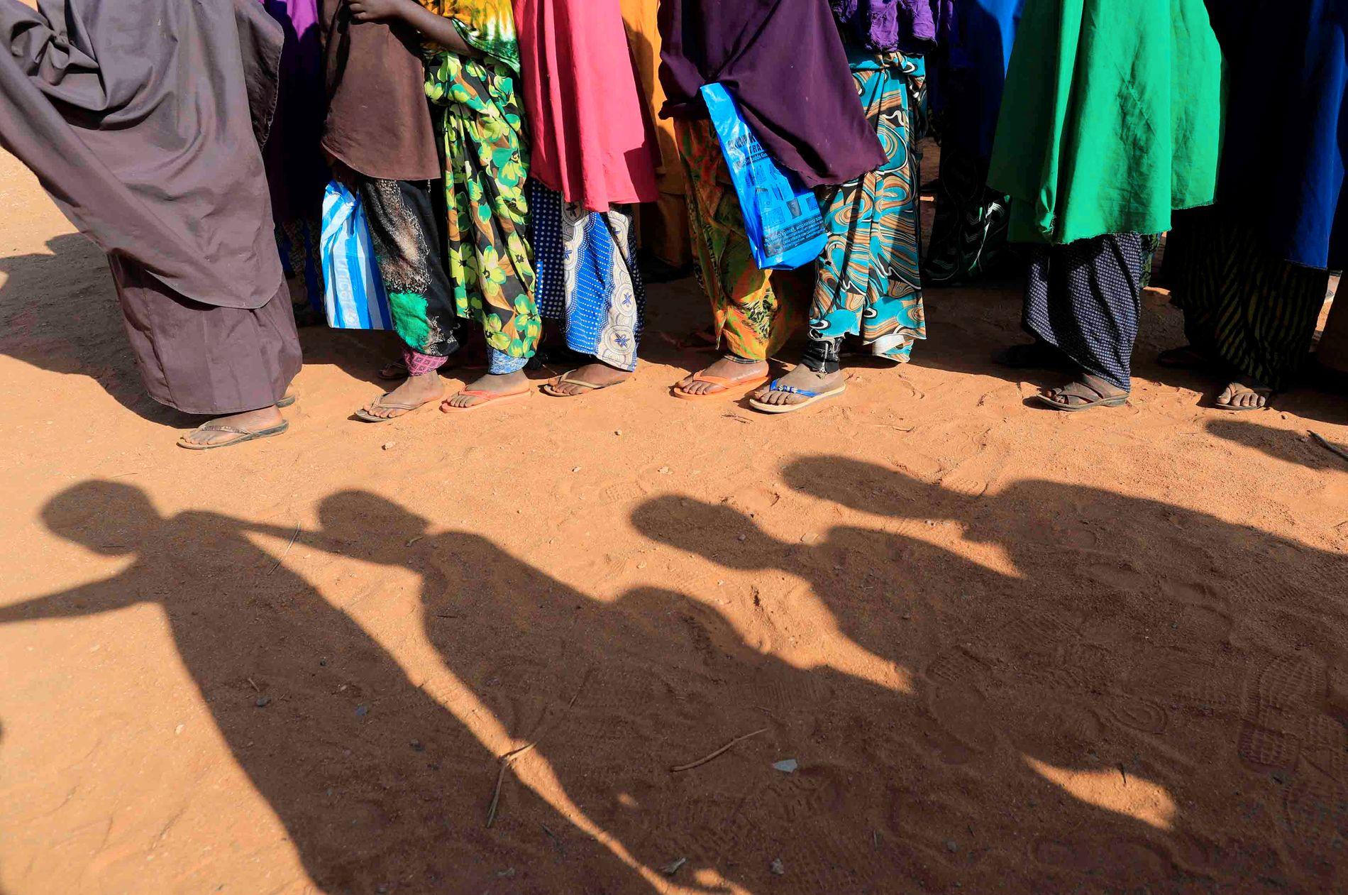 PÅ SKOLEVEI: Somaliske barn i kø utenfor et klasserom. Flere norske barn er sendt til koranskoler i andre deler av Somalia.