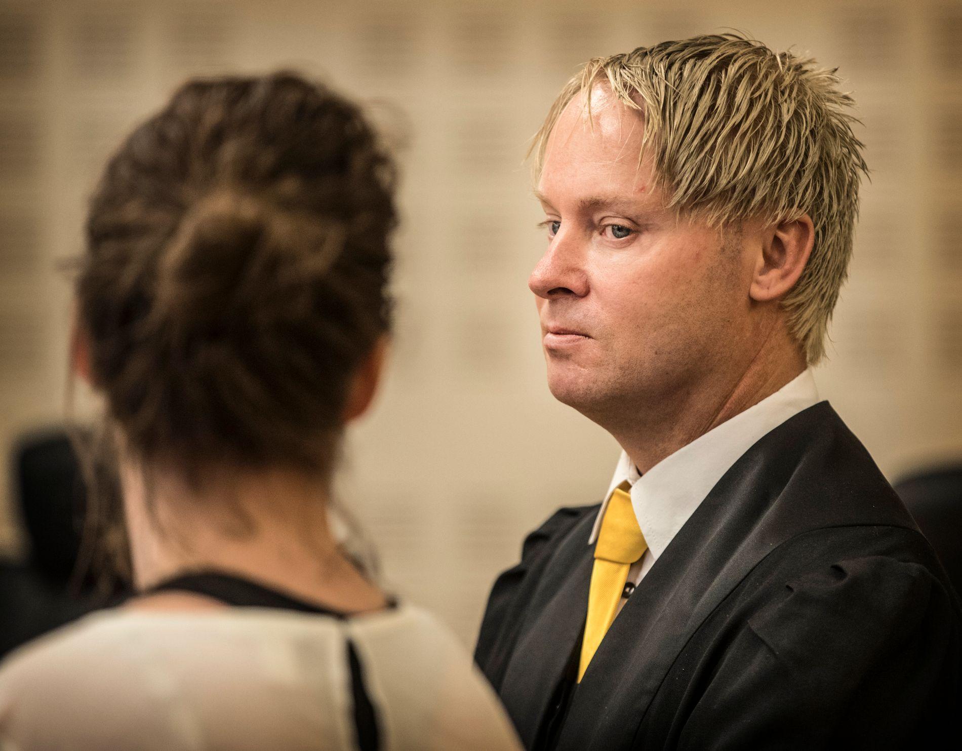 FORSVARER: Olav Sylte sammen med den 43 år gamle kvinnen under rettssaken.