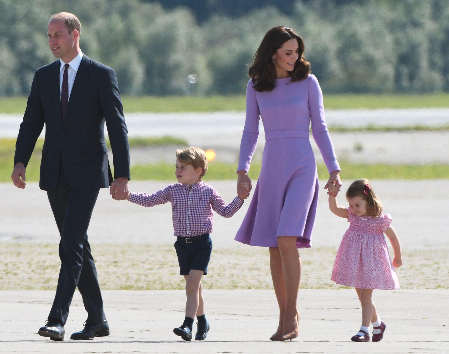 UTEN MAMMA OG PAPPA: Lørdag skal lille prins George og prinsesse Charlotte gå opp kirkegulvet med Meghan Markle.