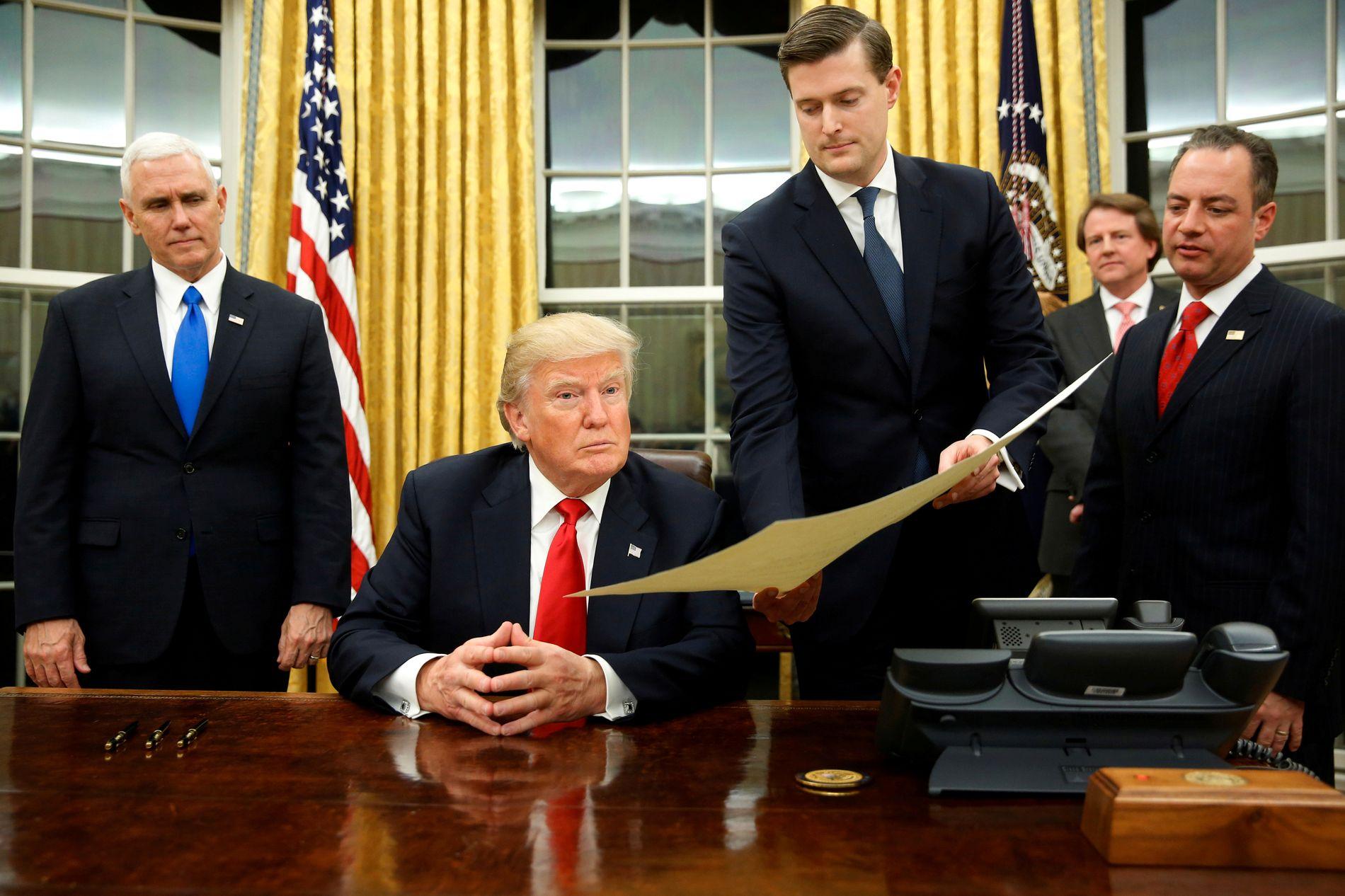 I DET OVALE KONTOR: Robert Porter viser frem et dokument til president Donald Trump. Tidligere stabssjef Reince Priebus til høyre i bildet og visepresident Mike Pence til venstre.