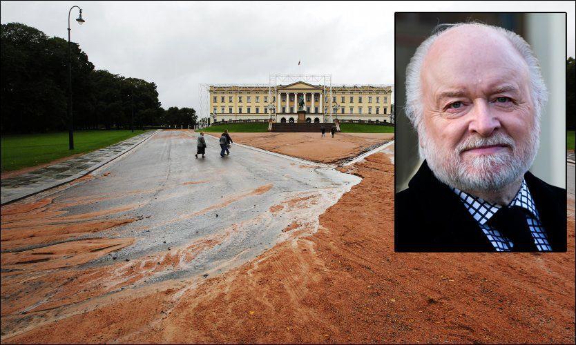e3f9fdbe REGNER BORT: Det voldsomme regnet får den røde grusen på Slottsplassen til  å renne nedover Karl Johans gate. Kongehusekspert Kjell Arne Totland mener  ...