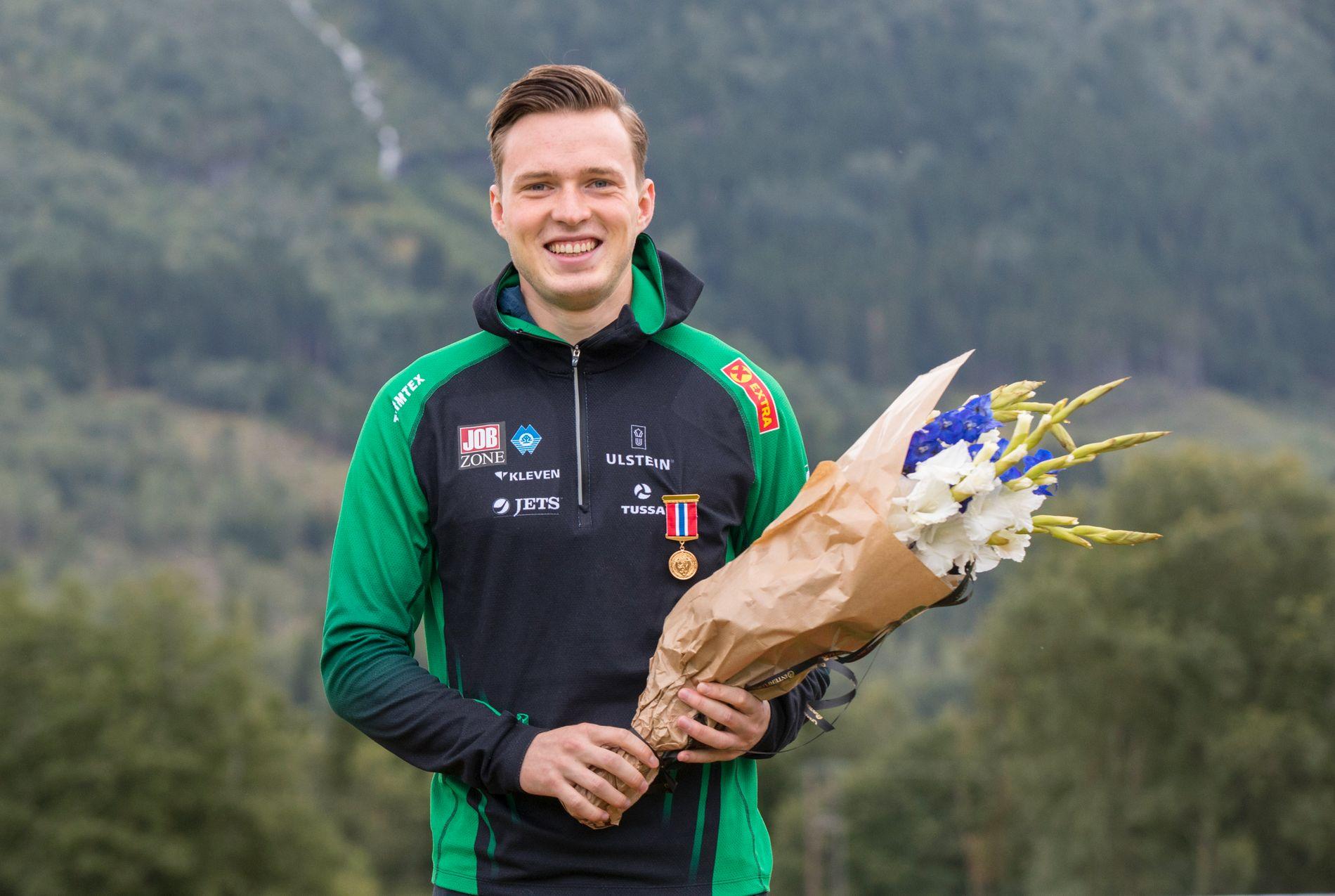 KONGEPOKAL OG GULLMEDALJE: Karsten Warholm fikk både kongepokalen for fjerde året på rad og friidrettens årlige gullmedalje under NM i Byrkjelo.