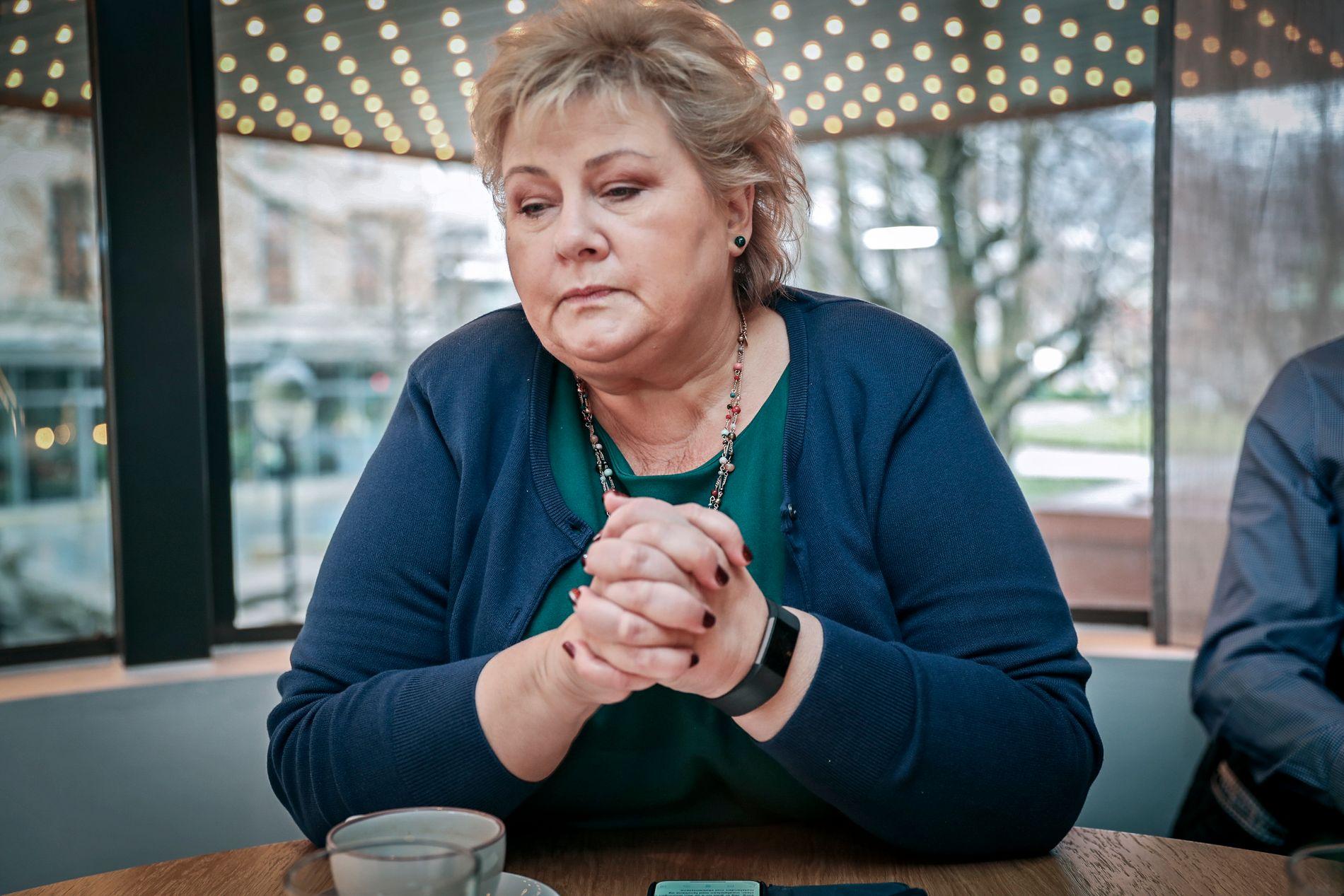 INNSTENDIG BØNN: Statsminister Erna Solberg oppfordrer nordmenn til ikke å laste ned drapsvideoen som angivelig viser drapet på én av de to kvinnene i Marokko.