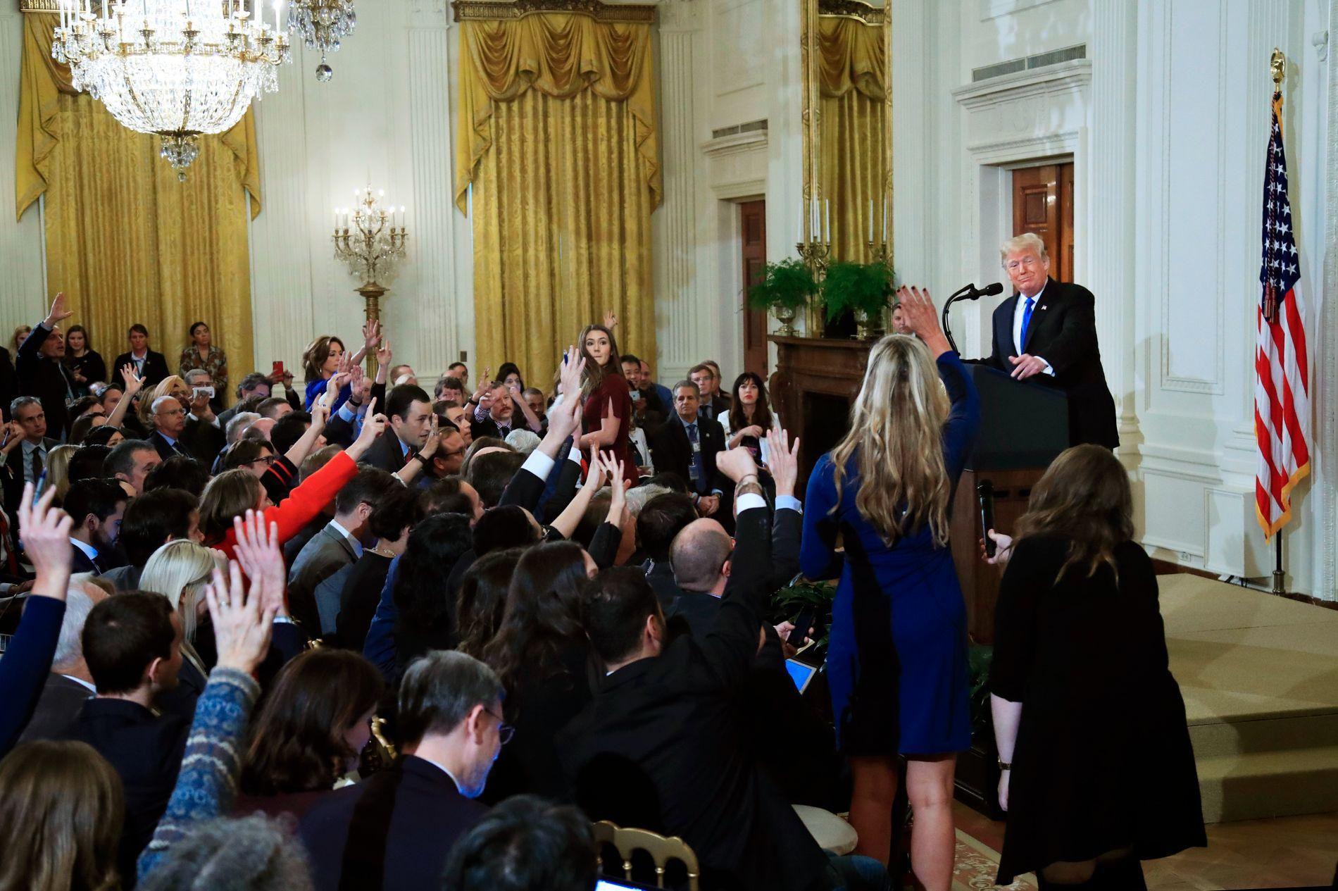 En halvtime på overtid startet president Donald Trump pressekonferansen hvor han snakket om utfallet av mellomvalget. Han appellerte til et tverrpolitisk samarbeid mellom republikanerne og demokratene, men ble irritert på flere av spørsmålene fra pressen.