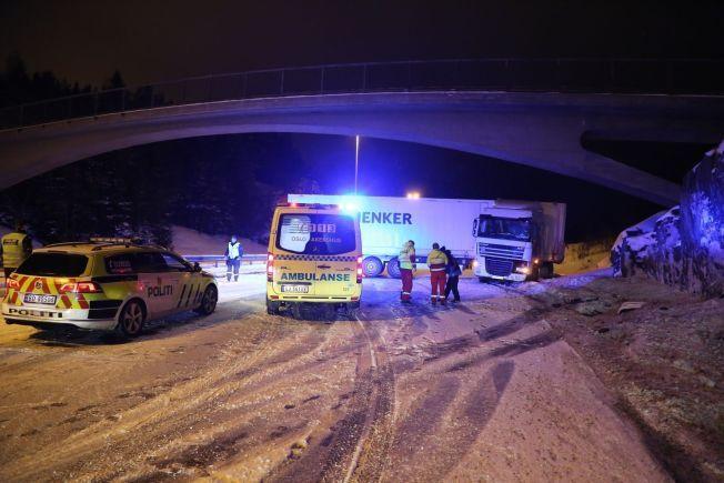 SPERRET E6: En trailer sperret E6 i nordgående retning utenfor Oslo natt til tirsdag. Det er meldt om svært glatte veier.