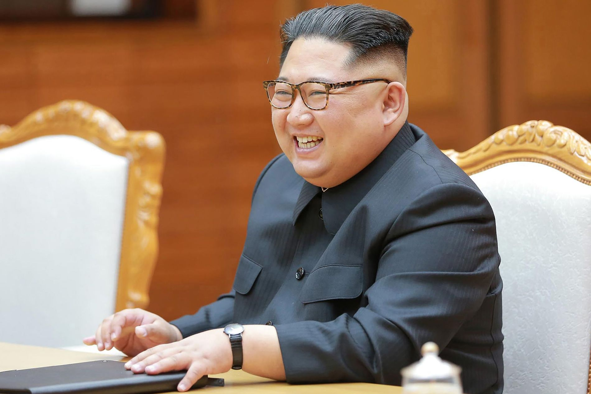 MØTTE MOON: Nord-Koreas leder kim Jong-un under et møte med Sør-Koreas president Moon Jae-in 26. mai.
