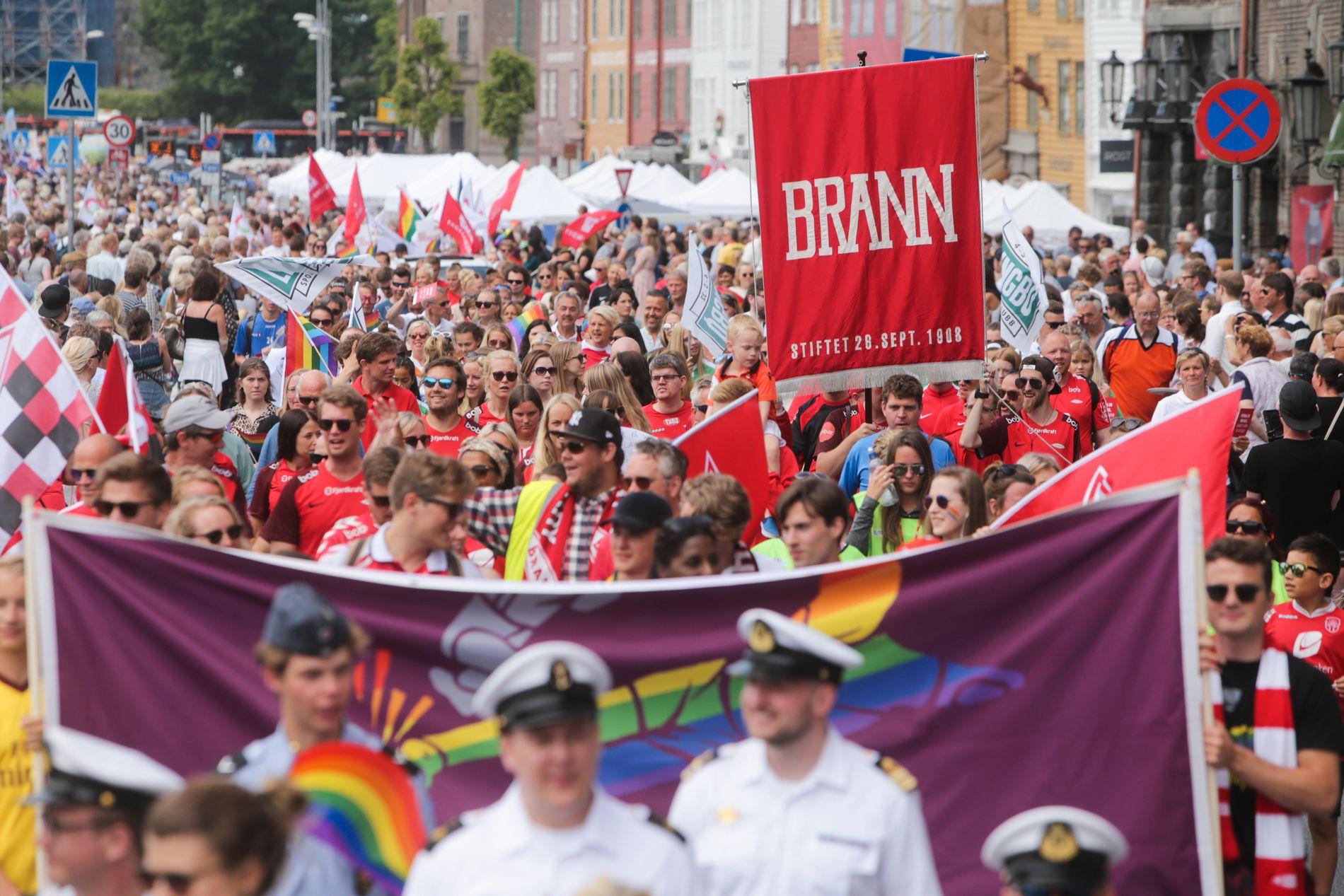 TOG: Brann-supportere og -ansatte var å se i Pride-markeringen i Bergen 8. juni. Spillerne skulle spille kamp dagen etterpå, og deltok derfor ikke.