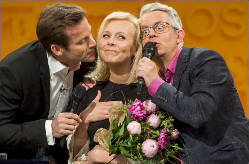 FIKK SANG OG BLOMSTER: Linn Skåber, Jon Almaas og Knut Nærum under avskjedsinnspillingen for førstnevnte i «Nytt på Nytt» torsdag. Foto: HELGE MIKALSEN