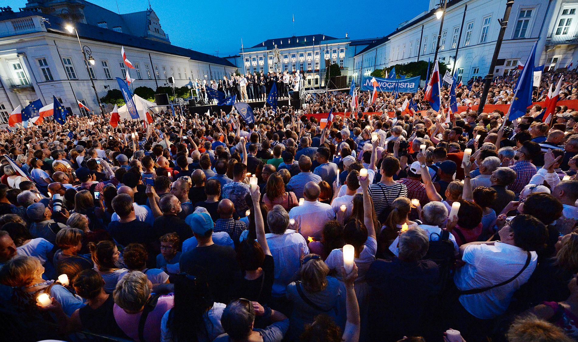 PROTEST: Demonstranter samlet seg utenfor presidentpalasset i Warszawa torsdag for å protestere mot de nye lovene.