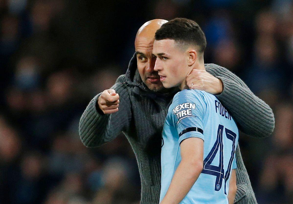 UNG JUVEL: Pep Guardiola instruerer Phil Foden før han byttes inn mot Fulham i fjerde runde av ligacupen.