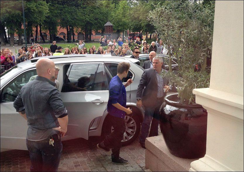 SKAL INTERVJUES: Her er Justin Bieber på vei inn for å bli intervjuet av et tyvetalls journalister. Foto: MARTINE LUNDER/ VG