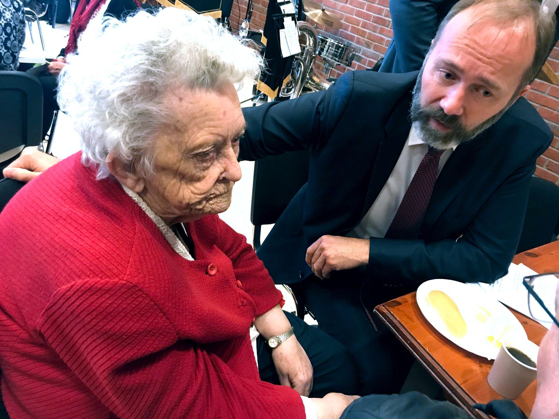KLAR TALE: Giskes tante Jorunn (90) er kjent som «tante Torunn» for hele arbeiderbevegelsen i Trondheim og er kjent for klar tale om norsk politikk.
