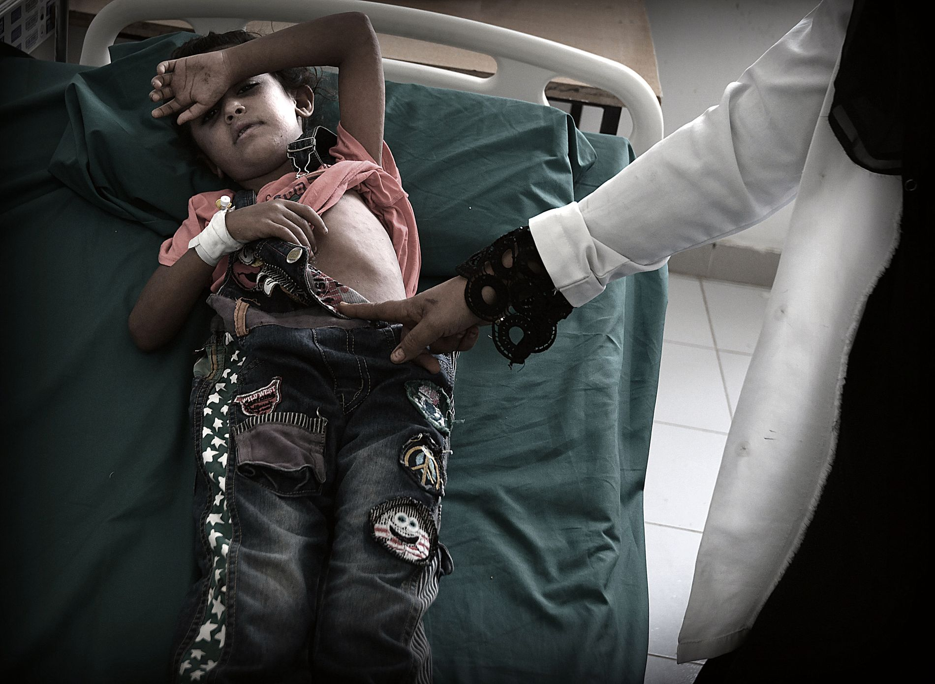 «JEG TRODDE HUN SKULLE DØ»: Moren til fem år gamle Khulud Rashid fryktet det verste da jenta ble akutt dårlig. Nå får hun behandling mot meslinger ved sykehuset i Zinjibar i Abyan-provinsen. Kroppen er dekket av rødt utslett.