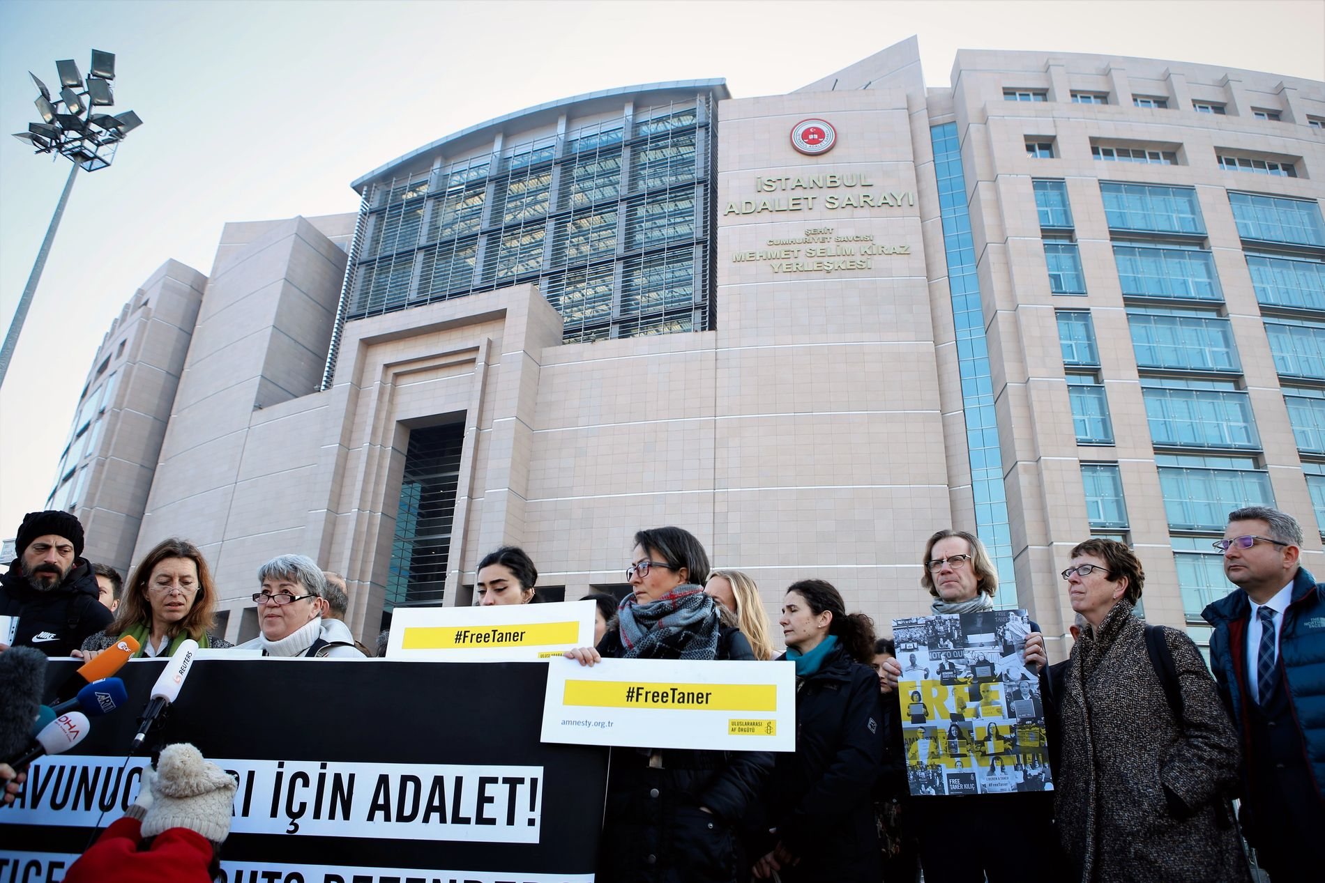 PROTESTER: Menneskerettighetsarbeidere fra Tyrkia og andre land demonstrerte utenfor rettshuset i Istanbul der elleve terrortiltalte menneskerettighetsaktivister ble stilt for retten i januar.