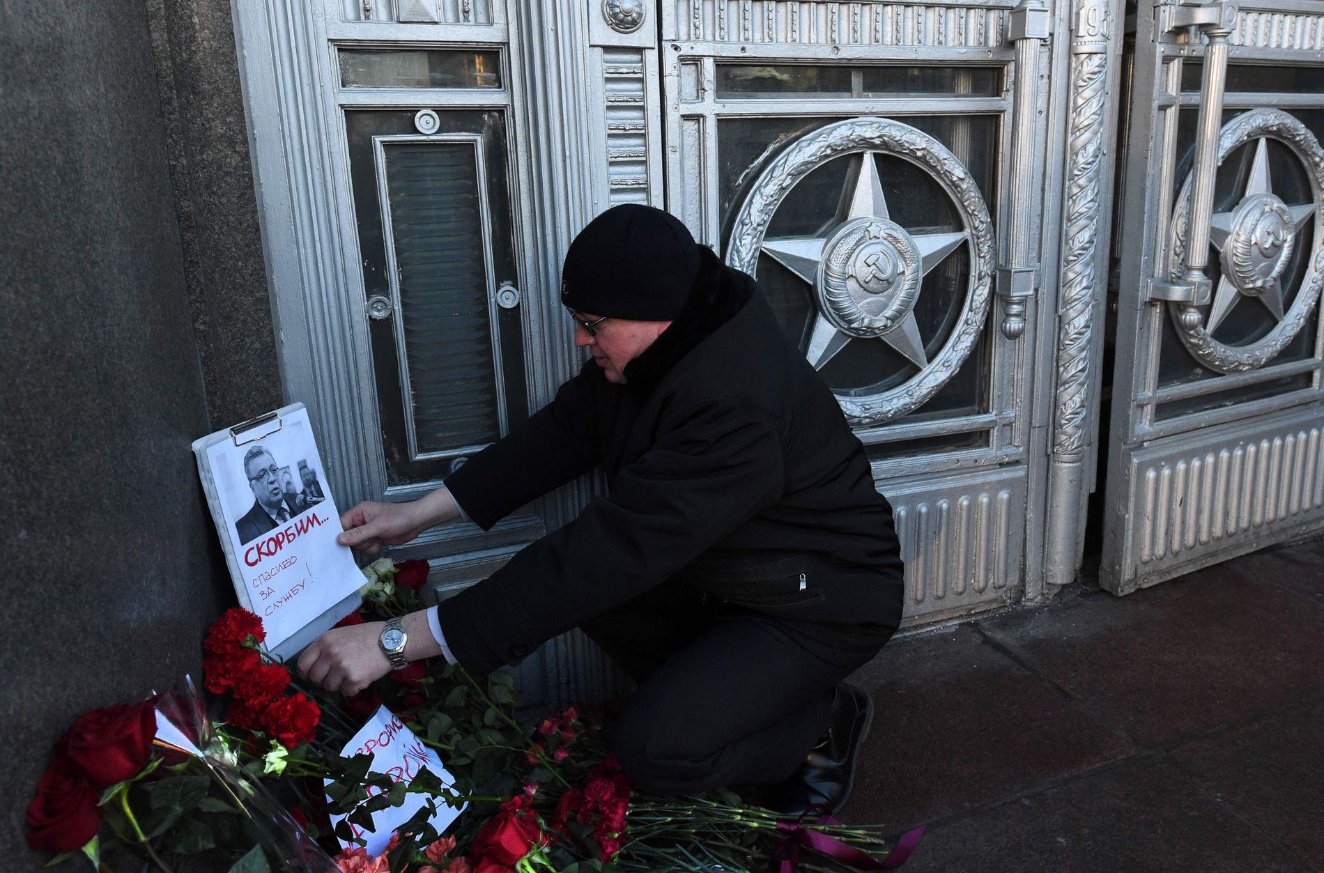 MINNES AMBASSADØREN: Utenfor utenriksdepartementet i Moskva legges det ned blomster etter drapet i Ankara.