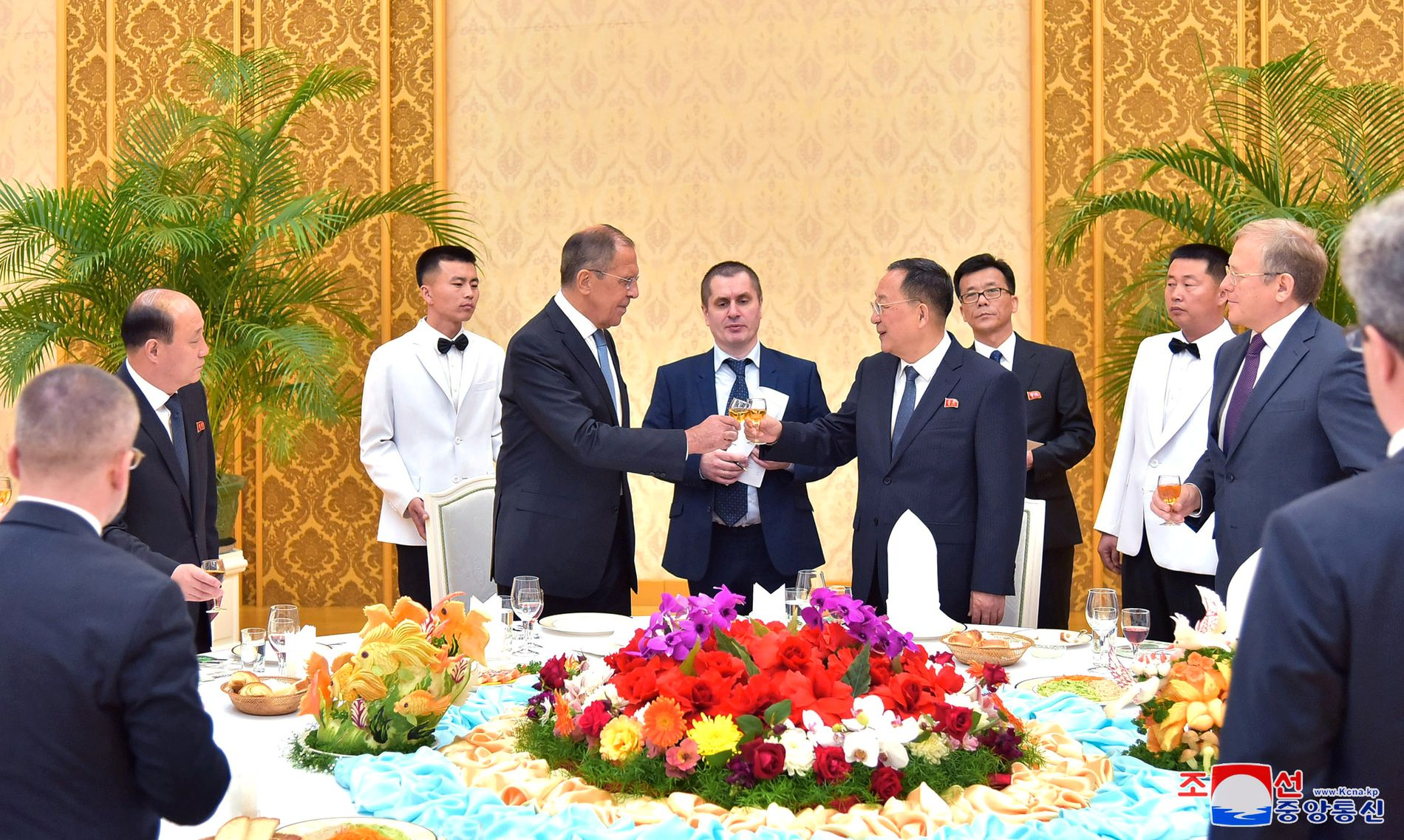 SKÅLER: Sergej Lavrov tar et glass sammen med Nord-Koreas utenriksminister Ri Yong-ho.