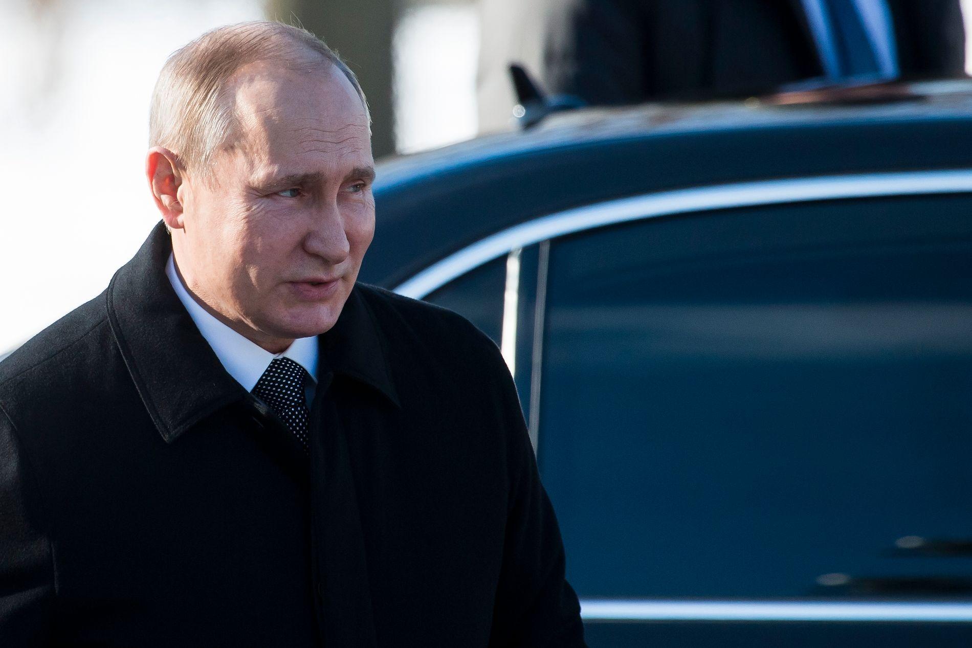 NYVALG: Vladimir Putin under en seremoni ved den ukjente soldats grav fredag 23. februar.