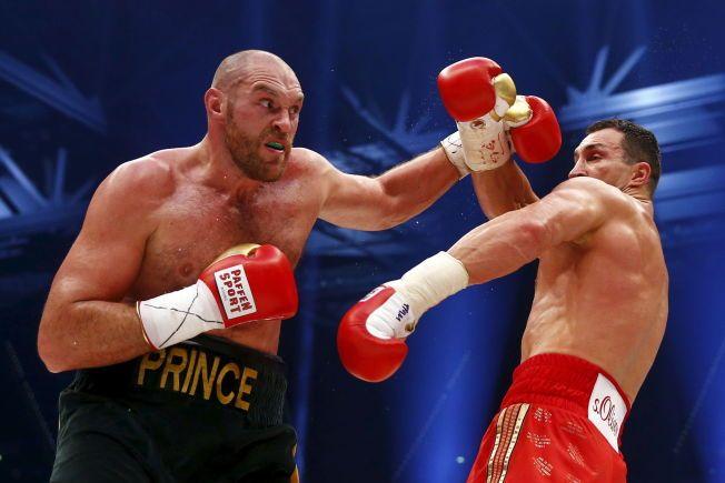 TØFFINF: Tyson Fury langer ut mot Vladimir Klitsjko under duellen i Esprit Arena i Dusseldorf i slutten av november.