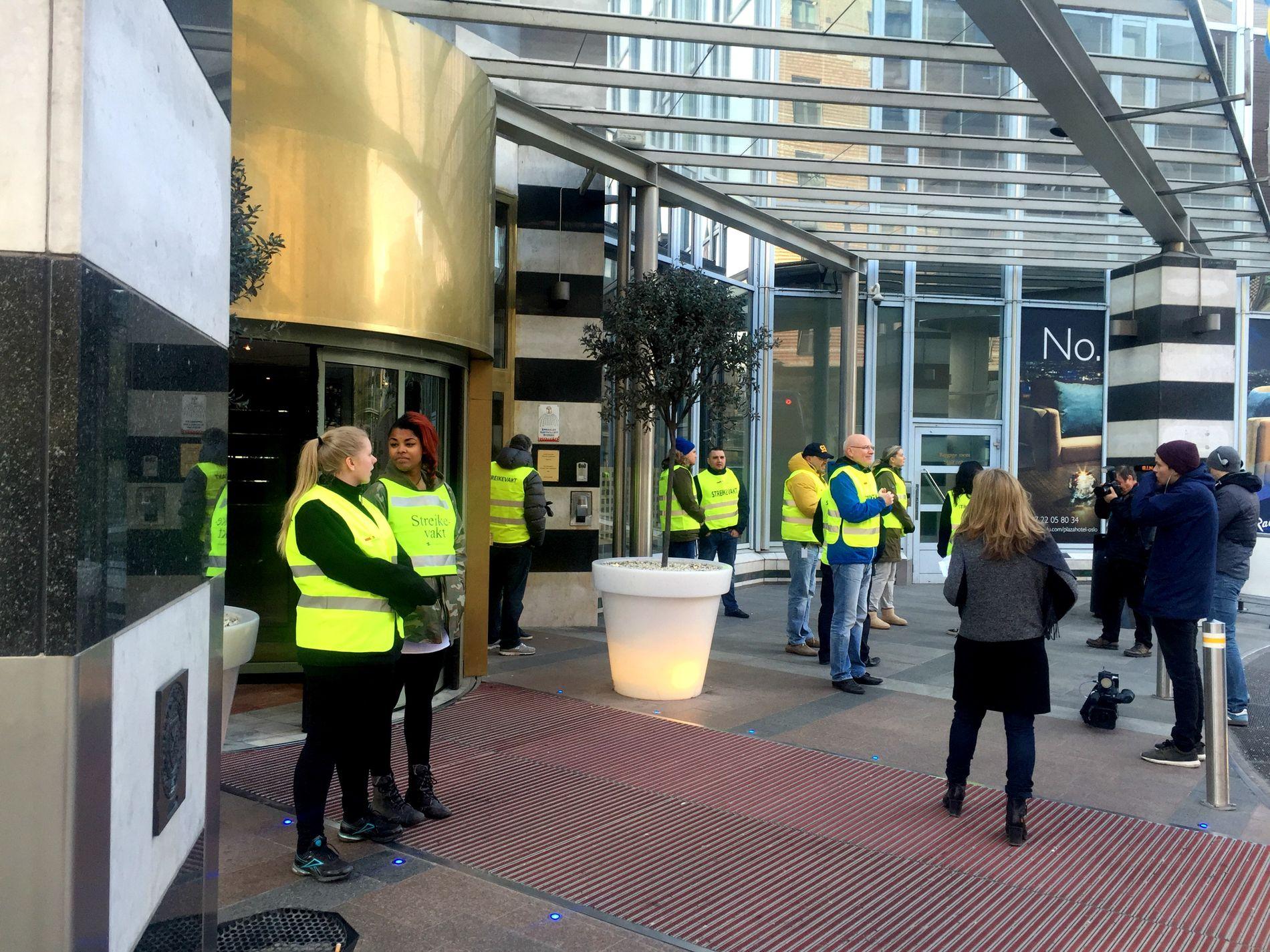 VAKT: Flere hoteller rundt i Norge er rammet av streiken i dag. Her står streikevaktene utenfor hotell Plaza i Oslo.