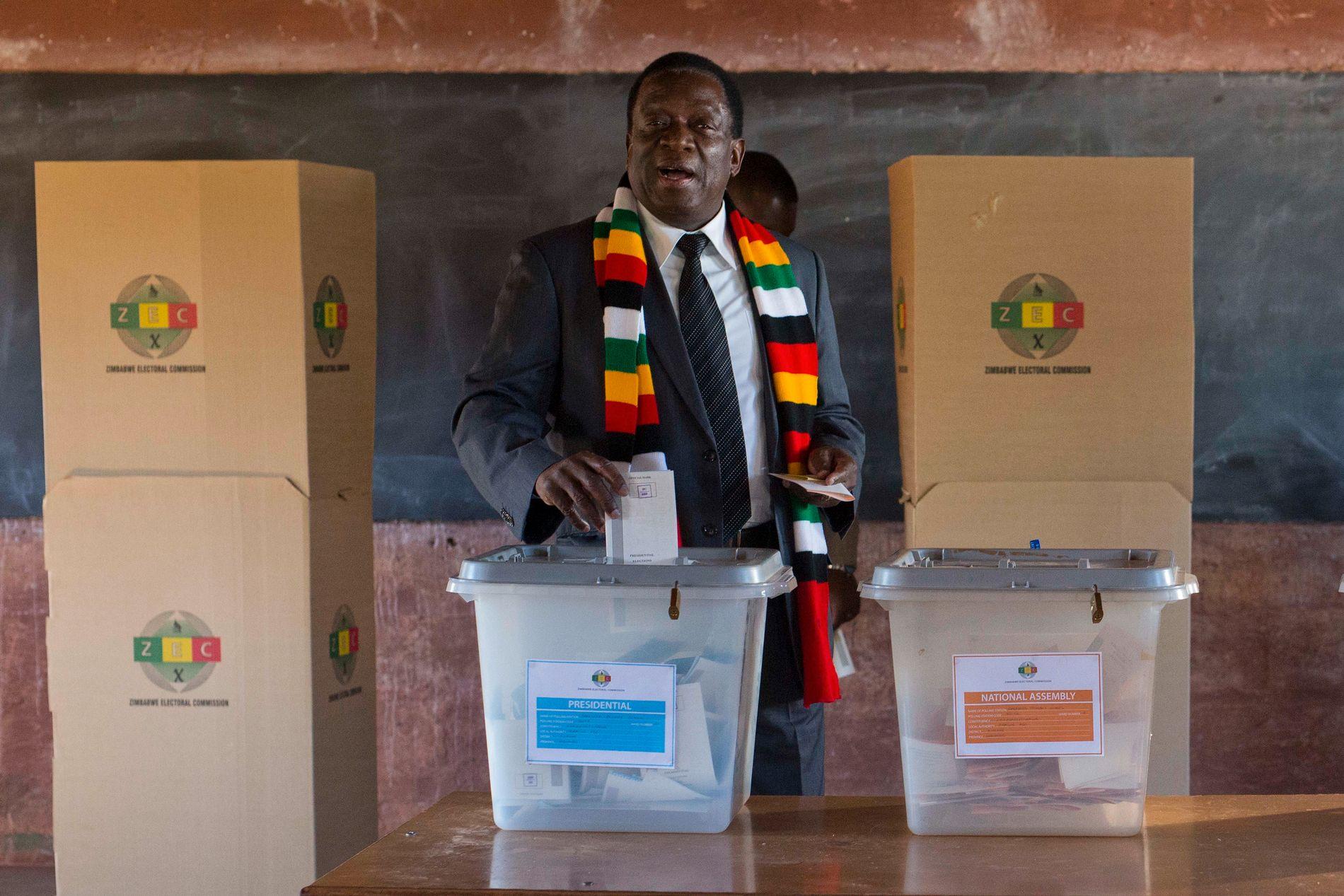 VALGT: Emmerson Mnangagwa, her mens han avgir stemme i Kwekwe mandag 30. juli.