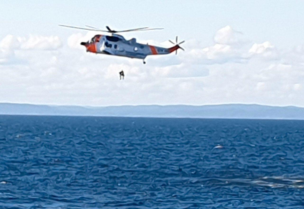 HEISES OPP: Her blir en av de som var om bord i småflyet heist opp i redningshelikopteret.