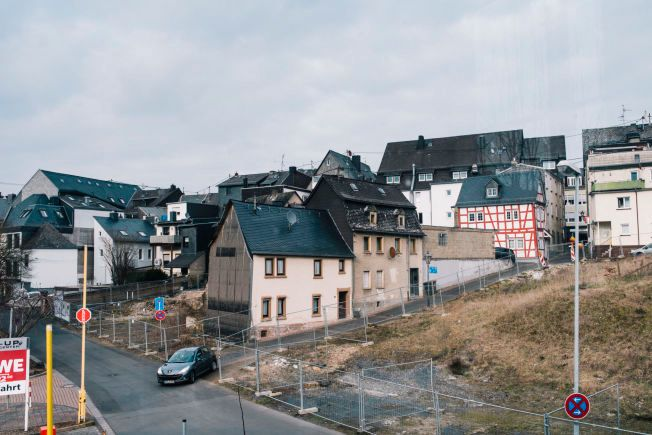 SORGTUNG BY: Forsatt henger Germanwings-styrten som en tung sky over Andreas Lubitz hjemby Montabaur.