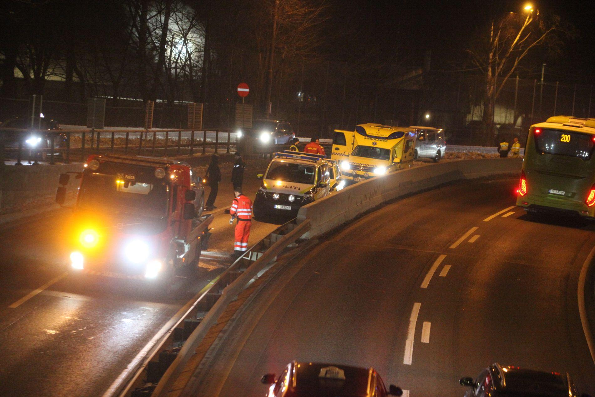 TAUET: Begge bilene måtte taues bort etter ulykken på E18.