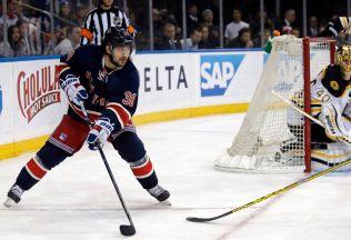 FORBILDE: Mats Zuccarello debuterte i verdens beste liga for fem år siden. Her er Zucca i aksjon mot Boston Bruins (2-1) i Madison Square Garden natt til tirsdag.