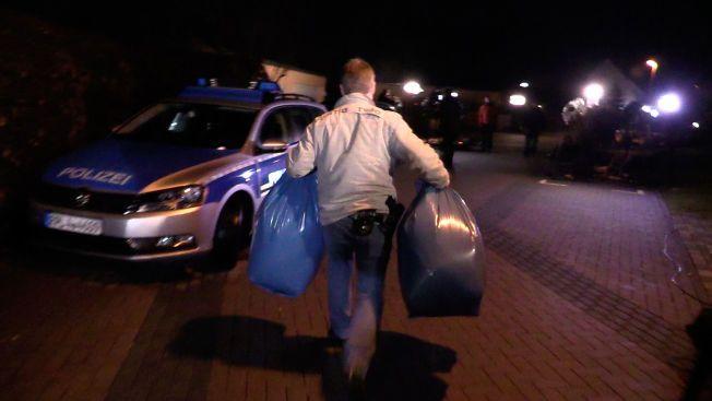 SIKRET BEVIS: Her bærer tysk politi ut bæreposer med bevismateriale fra boligen hvor co-piloten, Andreas Lubitz, bodde sammen med foreldrene i Montabaur.