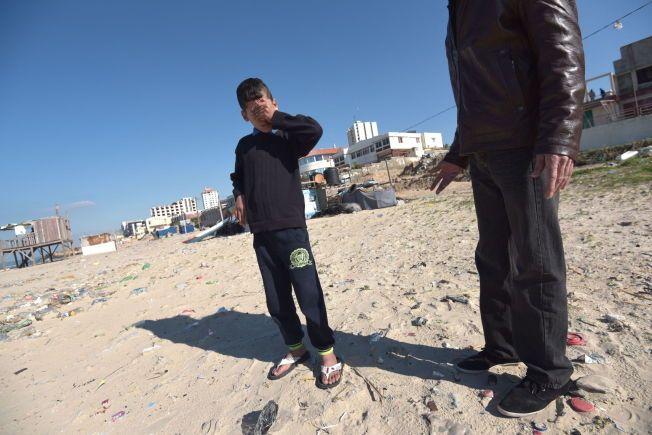 TILBAKE PÅ DØDSSTRANDEN: Hamad Bakr var én av de som overlevde rakettangrepet som tok livet av fire av deres kompiser.