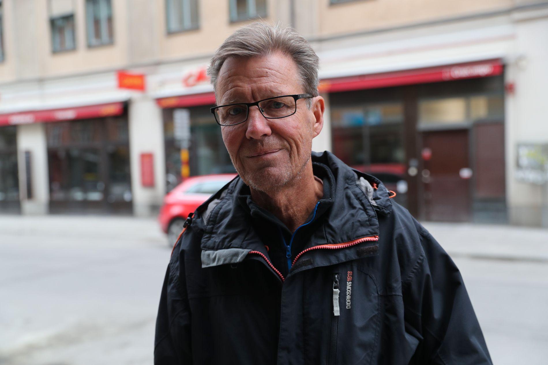 BOR LIKE VED: Stefan (65) bor overfor restauranten Caliente, der lastebilen ble stjålet fra. Foto: HALLGEIR VÅGENES