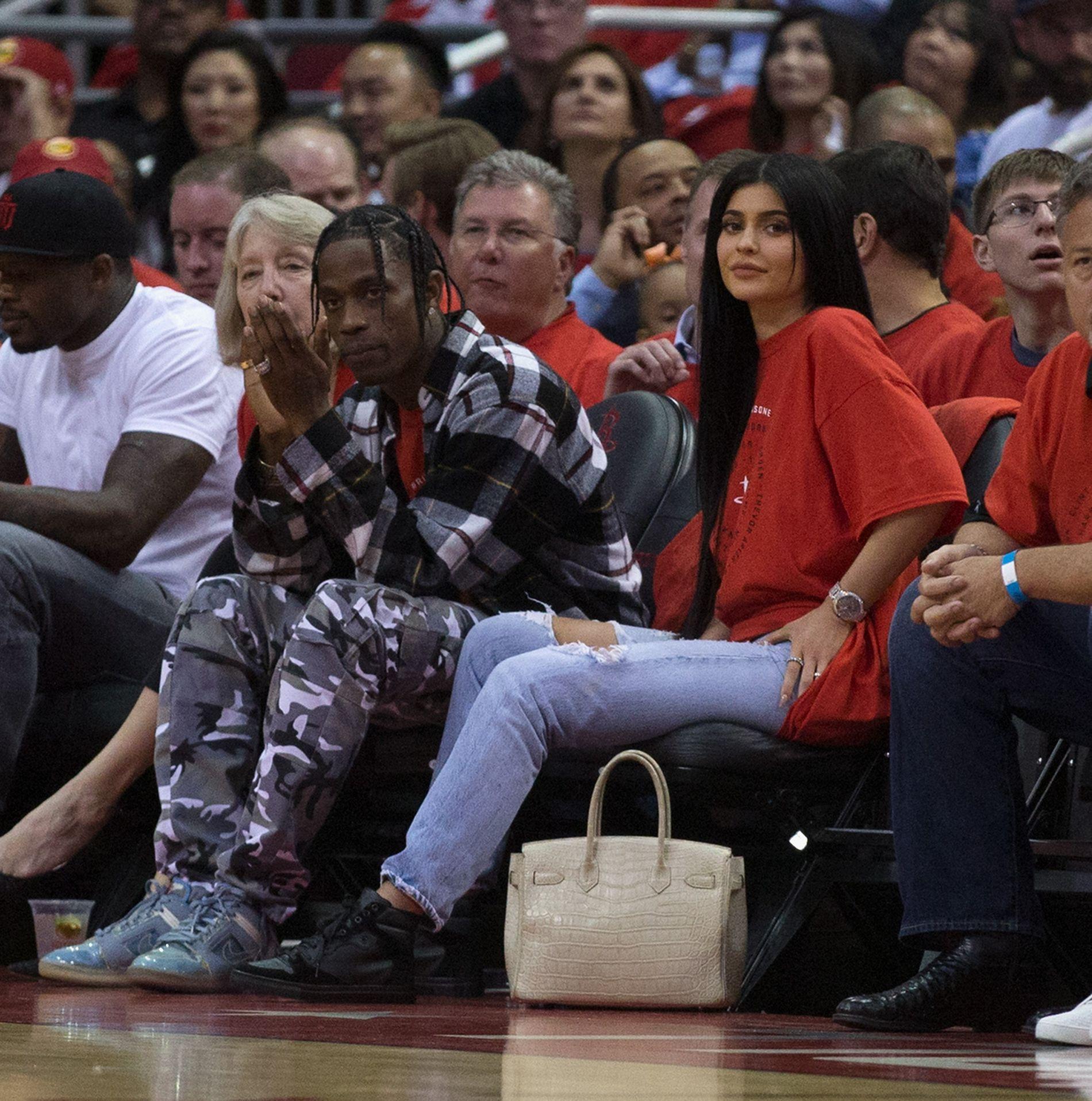 BLE FORELDRE: Kylie Jenner og kjæresten Travis Scott fikk nylig en liten jente, men har vært forsiktige med å vise henne fram i offentligheten. Fram til nå. Her er paret avbildet sammen da de overvar en NBA-kamp i fjor.