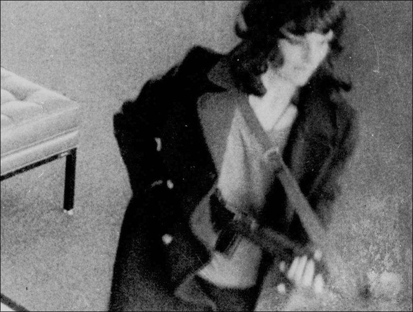 PÅ PARTI MED TERRORISTENE: Patti Hearst ble kidnappet, men utviklet sympati med gjerningsmennene. Foto: AP/FBI