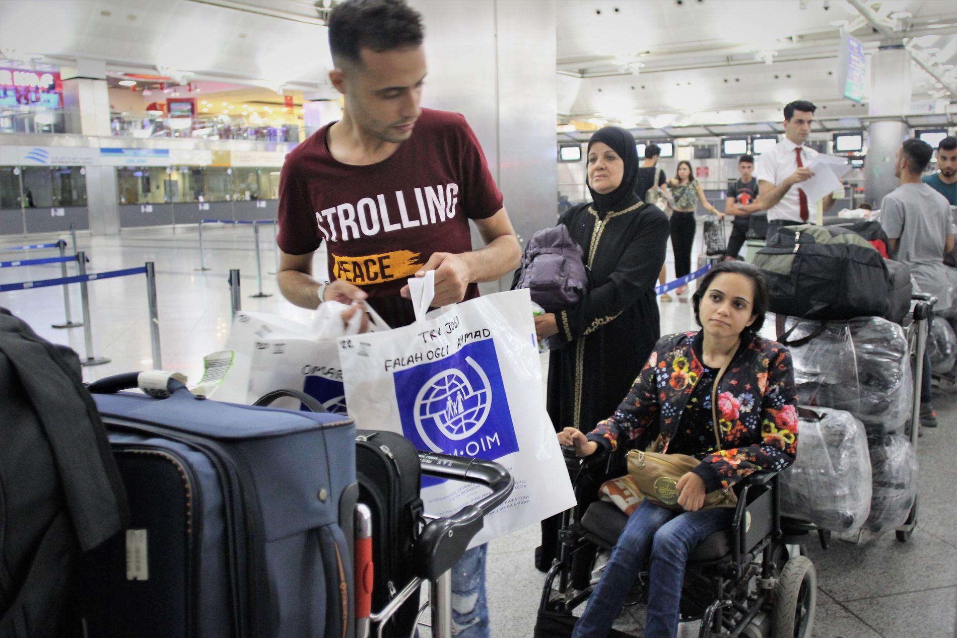 TIL CANADA: Noor (29), broren Ahmad (36) og moren Amal (66) har fått tillatelse til å dra til Canada. Her er familien på flyplassen i Istanbul før avreise.