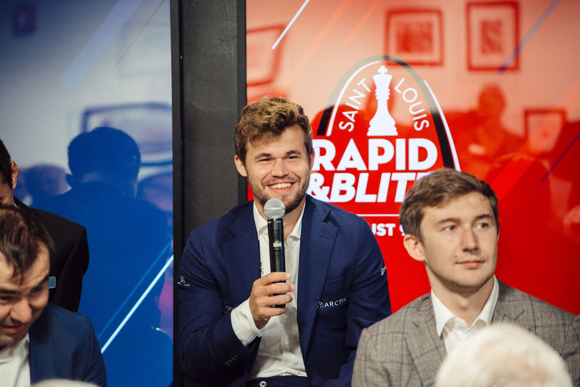 Magnus Carlsen og Sergej Karjakin på åpningspressekonferansen i St. Louis.