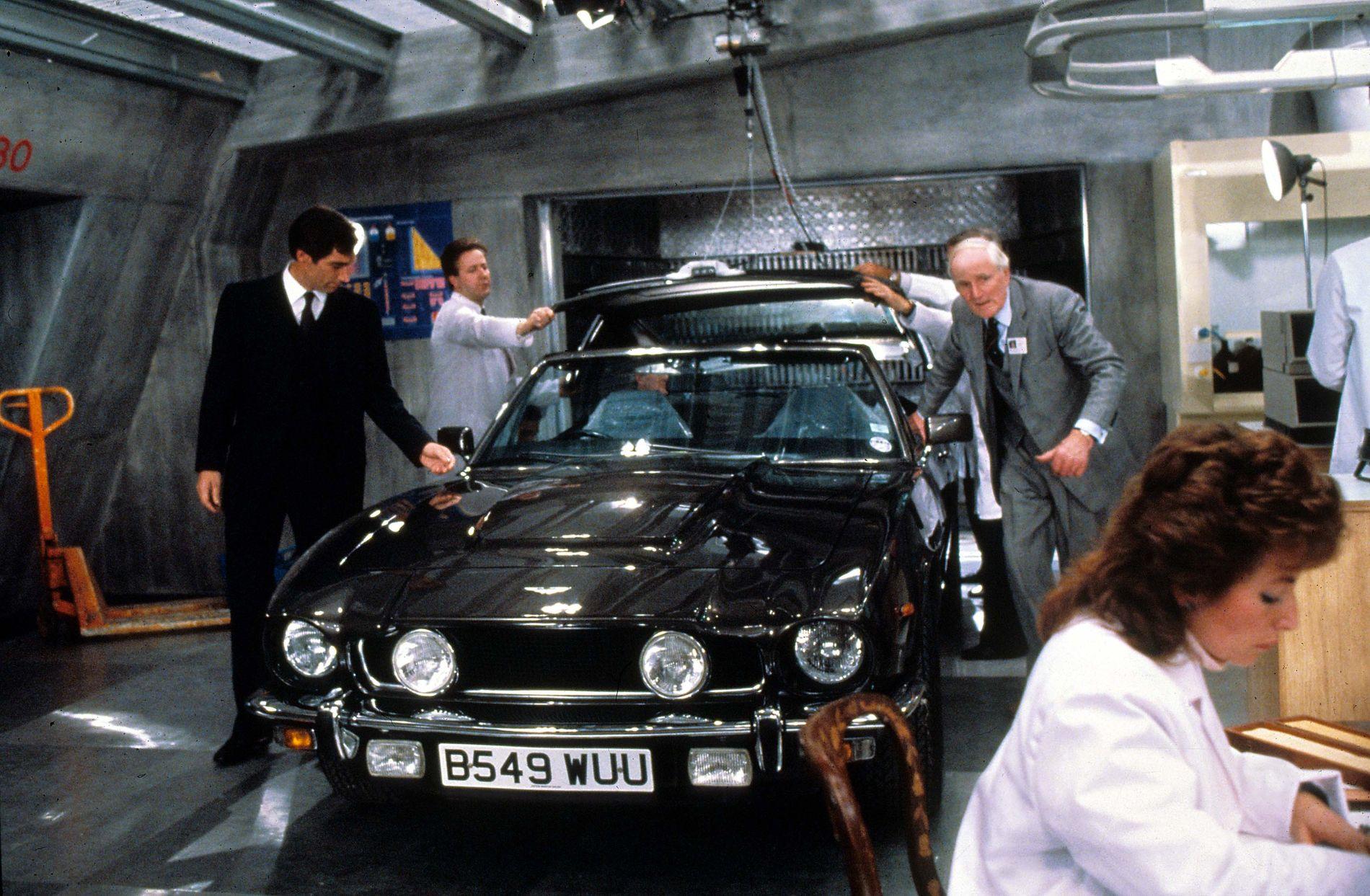 STJERNER: Timothy Dalton og Desmond Llewelyn - og Aston Martin V8 - i «The Living Daylights» fra 1987.