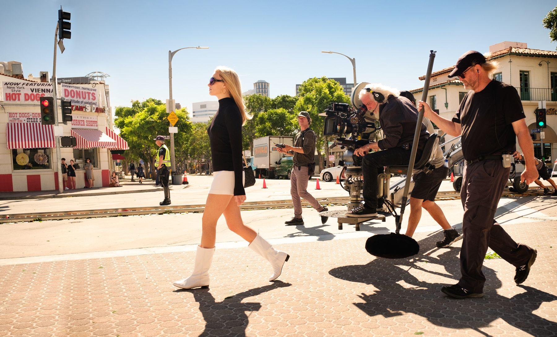 PÅ JOBB: Margot Robbie som Sharon Tate under innspilling.